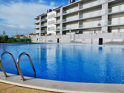 Parasol - 2 bedroom apartment in São Martinho do Porto with pool, 250 metres from beach, sleeps 6.