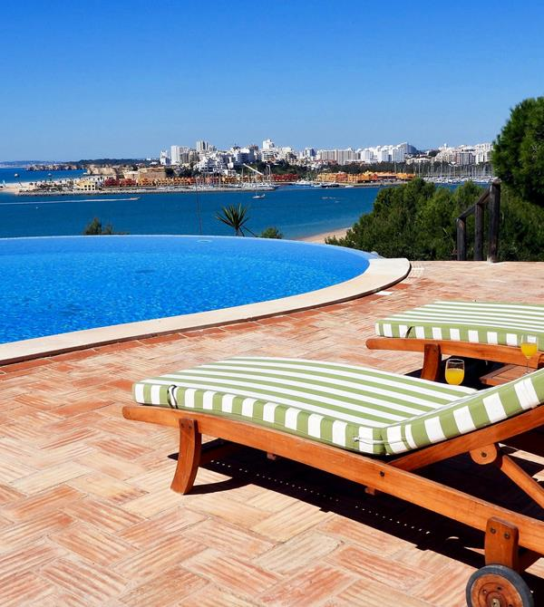 Sun loungers by the pool - holiday home in the Algarve