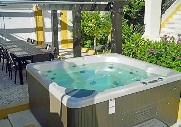 Outdoor hot tub of holiday home in São Martinho do Porto