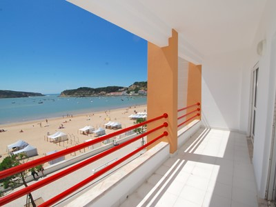 Navigator 1 - Front Line 3 bedroom apartment directly overlooking the beach in São Martinho do Porto