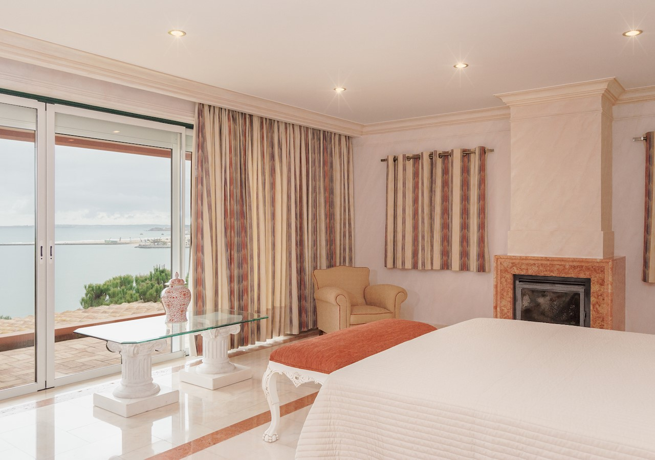 Luxurious bedroom with view over the sea